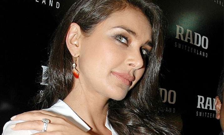 iijw lisa ray honoured to walk for farah khan ali