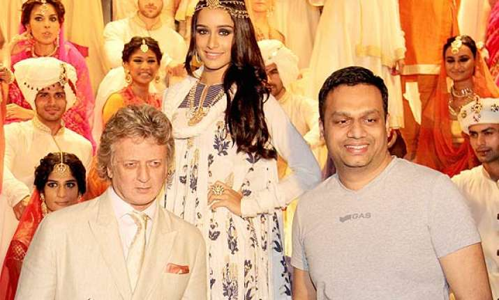 shraddha kapoor looks enthralling in rohit bal s collection