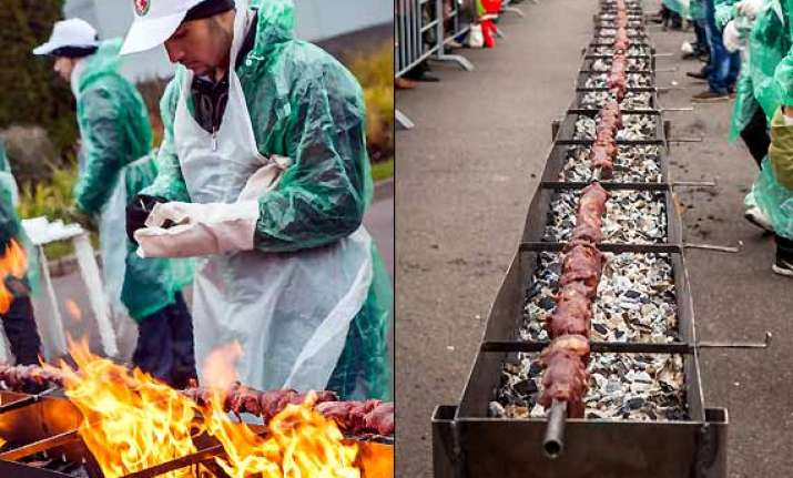 world s longest kebab cooked by russian chinese chefs