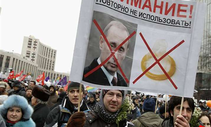 anti putin protests draw tens of thousands
