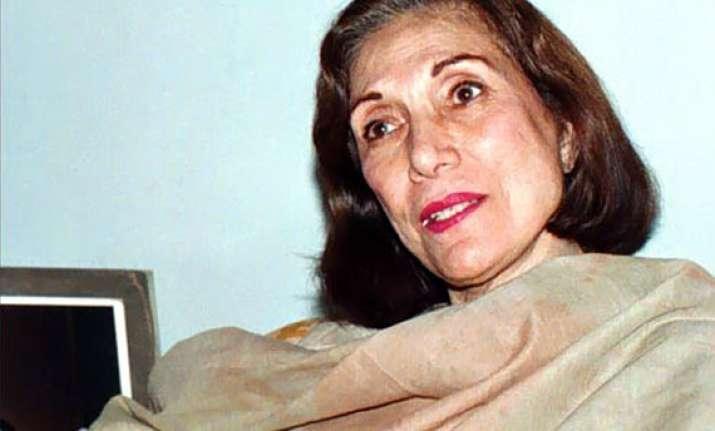 benazir bhutto s mother nusrat bhutto dies
