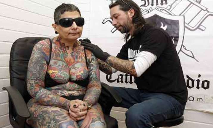 blind woman in wales spends 416 hours to get tattooed but