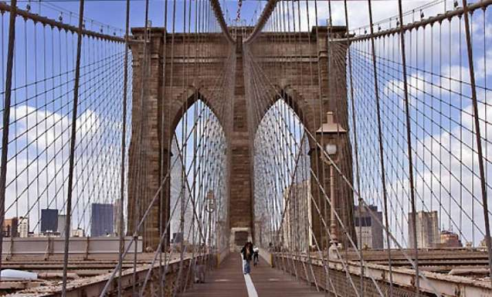 bomb scare shuts down brooklyn bridge in new york