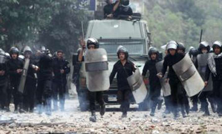 clashes renew in egypt s tahrir square 35 killed in 3 days