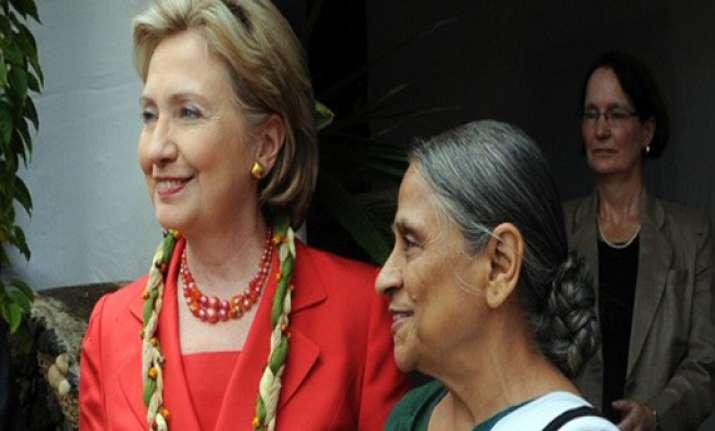 clinton identifies ela bhatt as one of her heroines