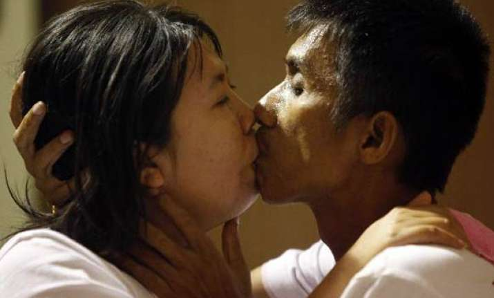 couples break world s longest kissing record