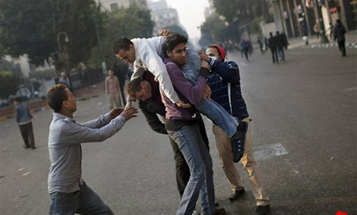 egyptian protesters clash with police one dead