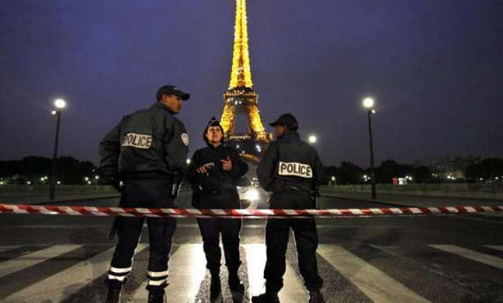 eiffel tower evacuated after threat call