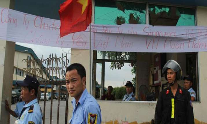 first chinese evacuation ship leaves vietnam