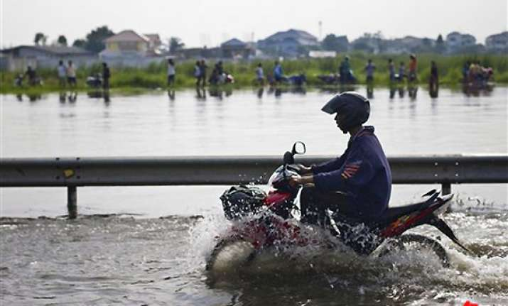 floodwaters begin seeping into bangkok suburbs
