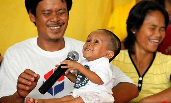 filipino named world s shortest man