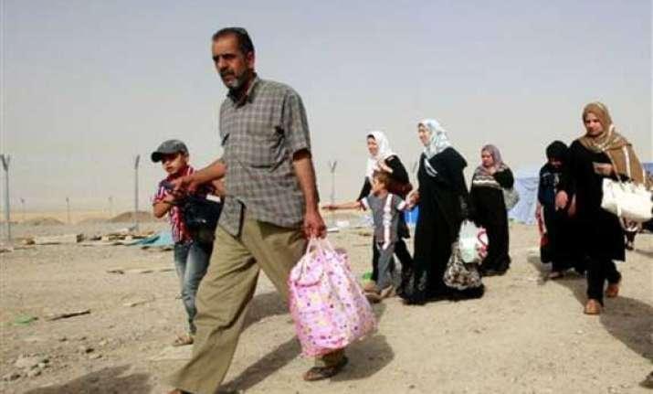 hundreds of iraqis flee islamist militant advance