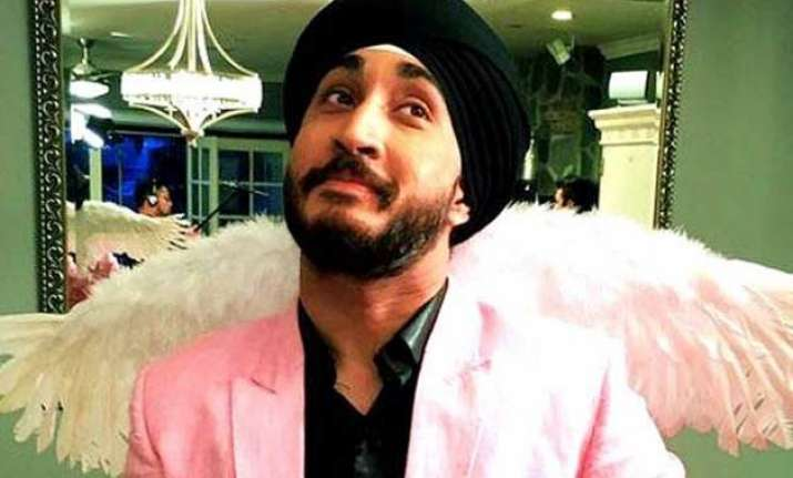 sikh comedian jusreign forced to remove turban at us airport