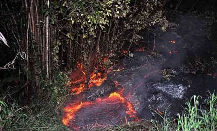 lava 30 meters from hawaii home nearing main road