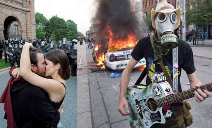 toronto police fires tear gas at g20 protesters