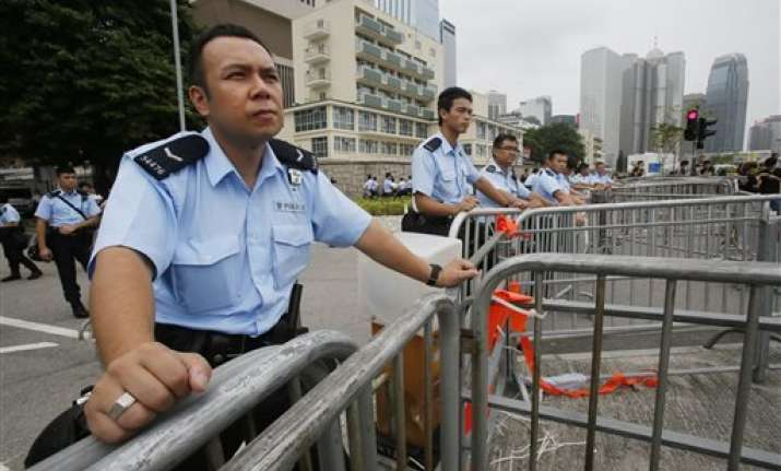 hk police warn protesters not to charge buildings