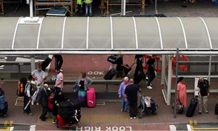 qantas a380 plane makes emergency landing in singapore