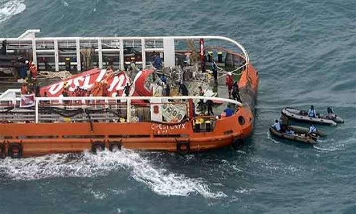divers retrieve airasia jet s black box recorders from sea