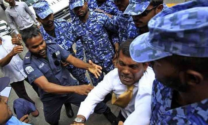 former maldives president dragged into court by police