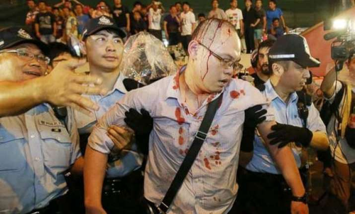 hundreds of people confront protestors in hong kong