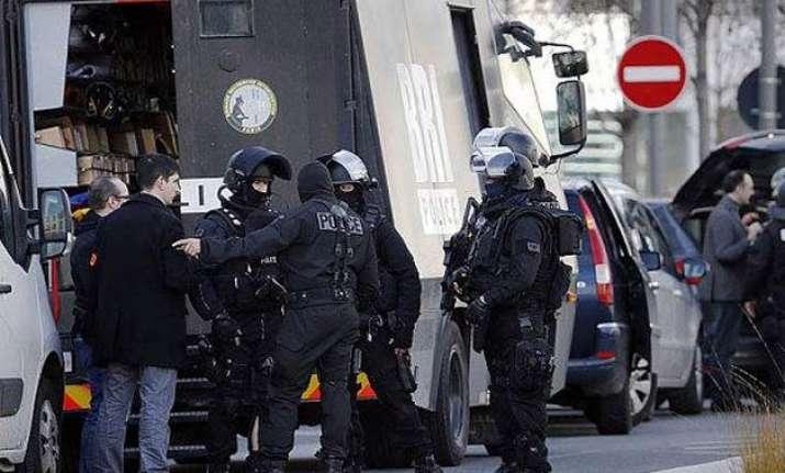 paris post office hostages freed as gunman surrenders