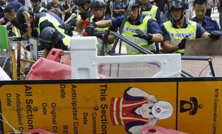 hong kong police clear protesters out of tunnel