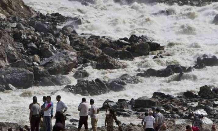 landslide blocks river in nepal raises fears of flood