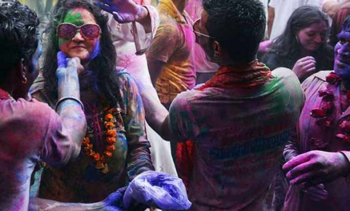 human shield to protect hindus celebrating holi in pakistan