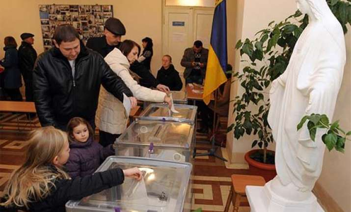 poroshenko s bloc leads ukraine s polls