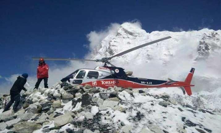 nepaldevastated around 200 rescued from mount everest