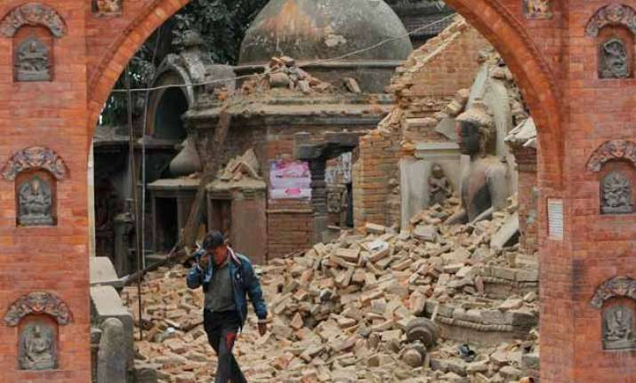 nepaldevastated rescuers dig with bare hands for survivors