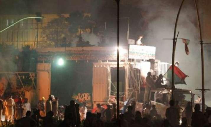 police blocks road leading to nawaz sharif s lahore