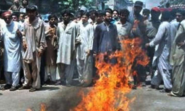 two dacoits set on fire in karachi