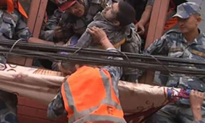 nepal quake rescuers struggle to locate survivors