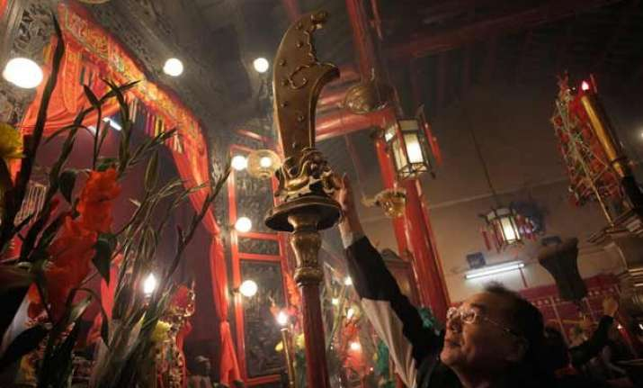 glimpse of chinese new year paying tribute to gods