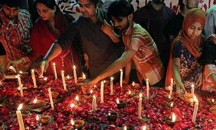 pakistan mourns church victims christians protest