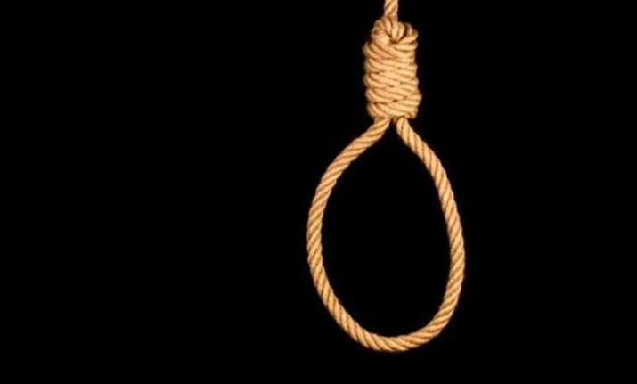 pak hangs 4 convicts delays controversial execution of youth