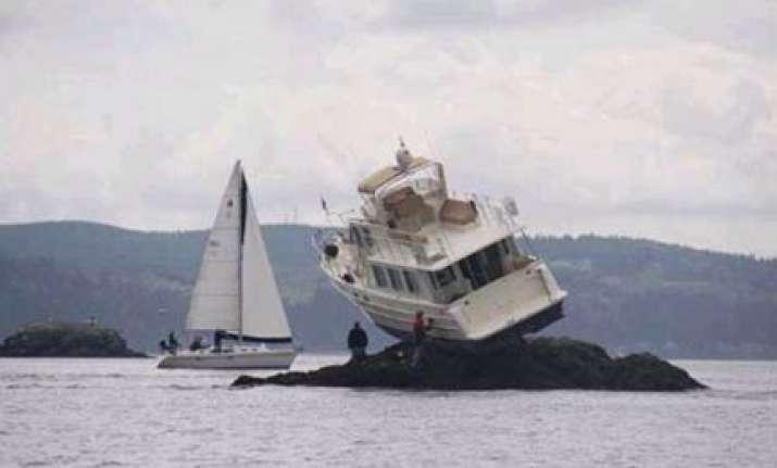 boat gets stuck on rocks near washington