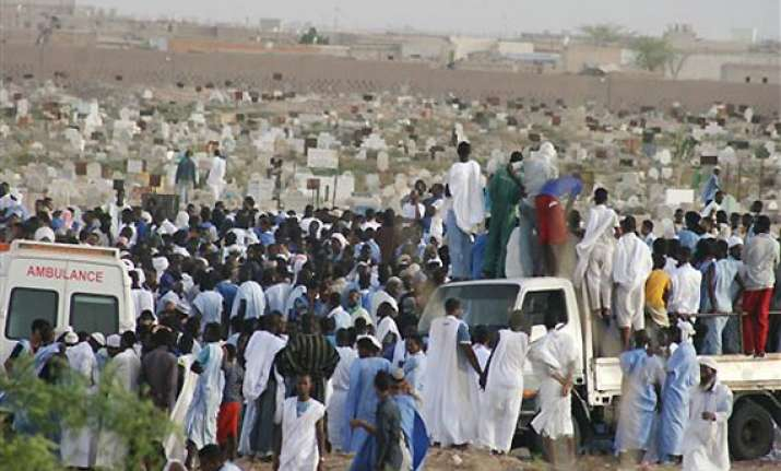 islamists execute man before 600 in north mali