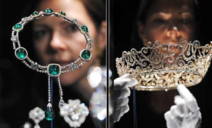 queen s delhi durbar tiara displayed in london exhibition