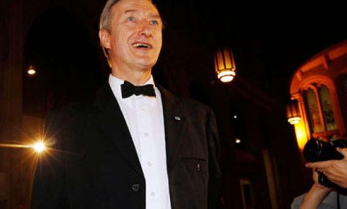 julian barnes wins prestigious booker prize