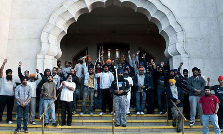 london riots armed sikhs protect gurdwara