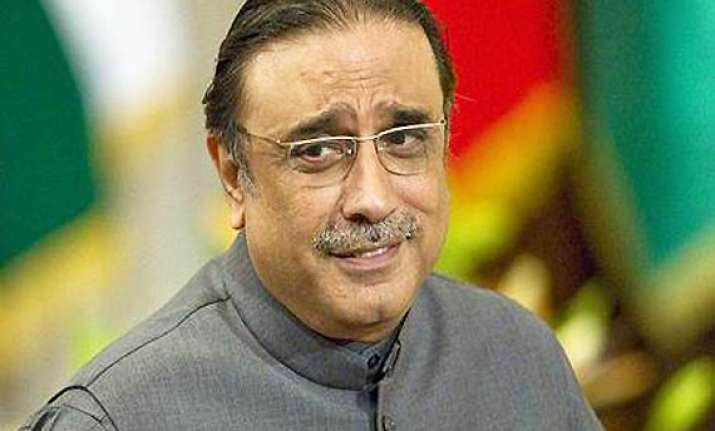 pak oppn members boo zardari during parliament address