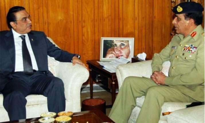 pakistan service chiefs skip president zardari s banquet