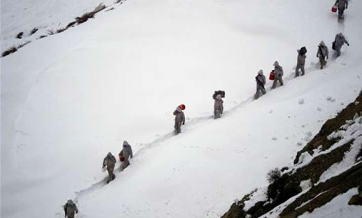 pakistani rescuers resume search for 135 buried under snow