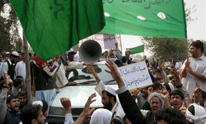pakistanis kill man accused of insulting quran