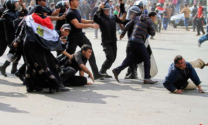 2 dead 800 injured as protests spread to more egyptian