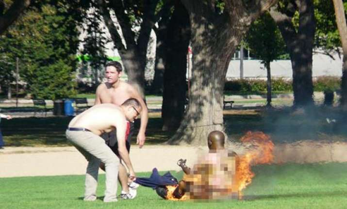 police man who set himself ablaze on mall dies