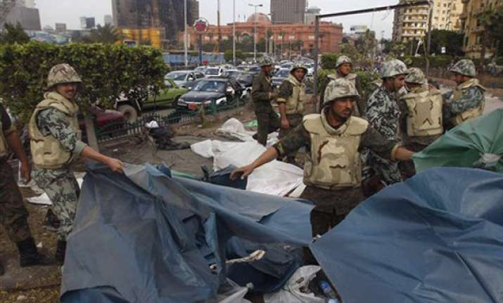 protesters scuffle with military in tahrir square