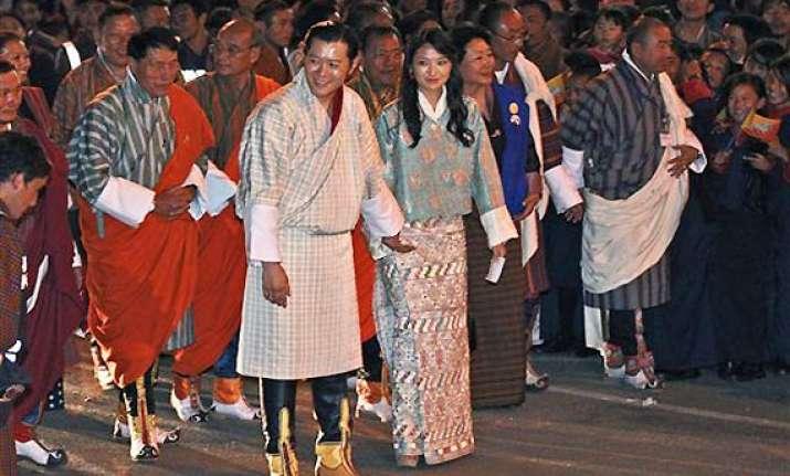 royal couple walks to capital thousands greet on way